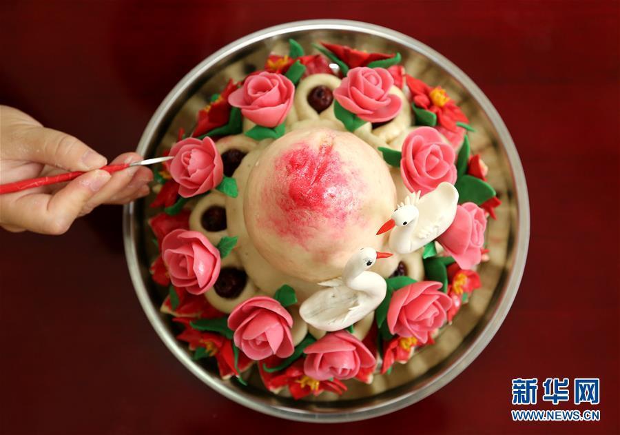 """这是山东省枣庄市非物质文化遗产""""鲁南花馍""""传承人王欣制作的""""鲁南花馍""""(7月8日摄)。"""