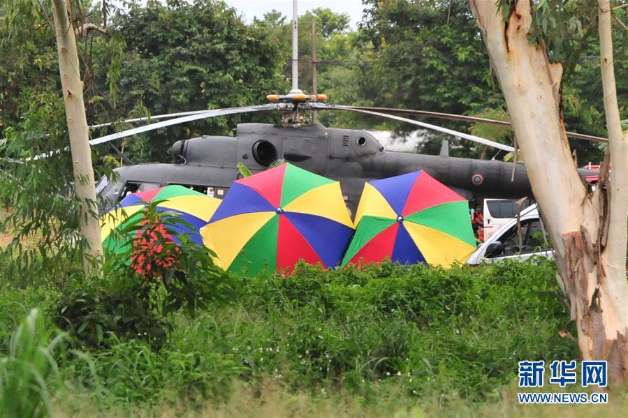 지난 10일, 태국 치앙라이에서 한 군용 헬리콥터가 구조행동에 참여하고 있다.<br/>  지난 10일, 태국 해군 관계자는 구조 대원들이 당일 동굴에 갇혔던 4명의 축구 소년과 코치 1명을 구조했고 이로써 전원 구조에 성공했다며 관련 인원들은 생명에 지장이 없고 전체 구조 행동은 성공적으로 마쳤다고 밝혔다.<br/>