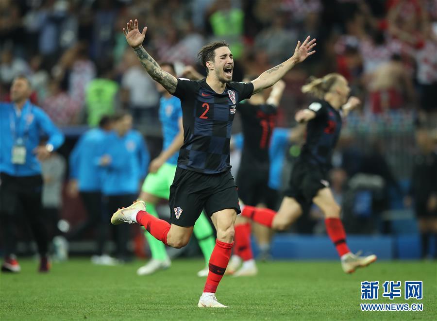 7月11日,克罗地亚队球员弗尔萨利科在比赛后庆祝胜利。当日,在莫斯科进行的2018俄罗斯世界杯足球赛半决赛中,克罗地亚队与英格兰队在90分钟内战成1比1平。最终,克罗地亚队经过加时赛以2比1战胜英格兰队,历史上首次晋级世界杯决赛。新华社记者 吴壮 摄<br/>