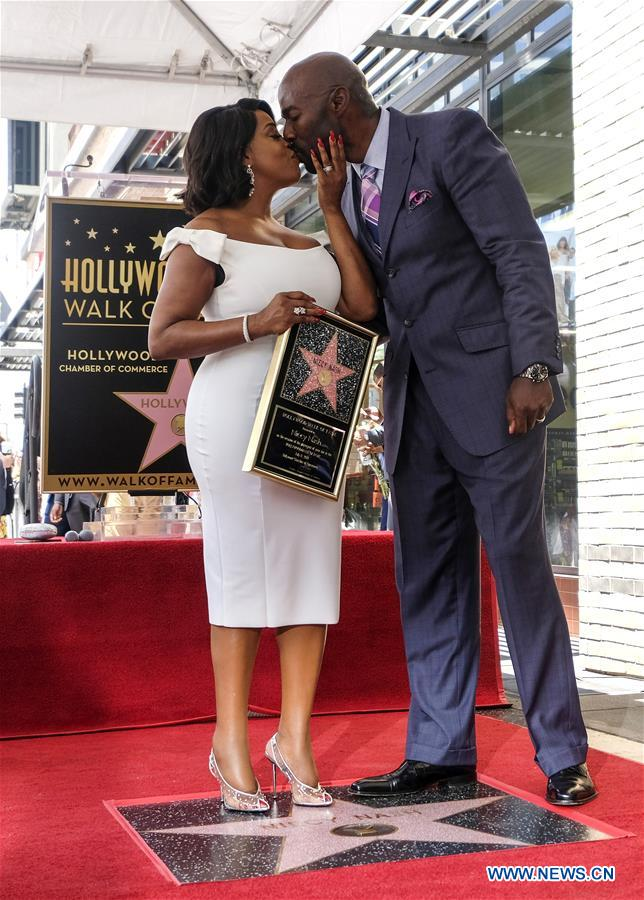 American actress Niecy Nash kisses her husband Jay Tucker at her star dedication ceremony at the Hollywood Walk of Fame in Los Angeles, the United States, on July 11, 2018. (Xinhua/Zhao Hanrong)
