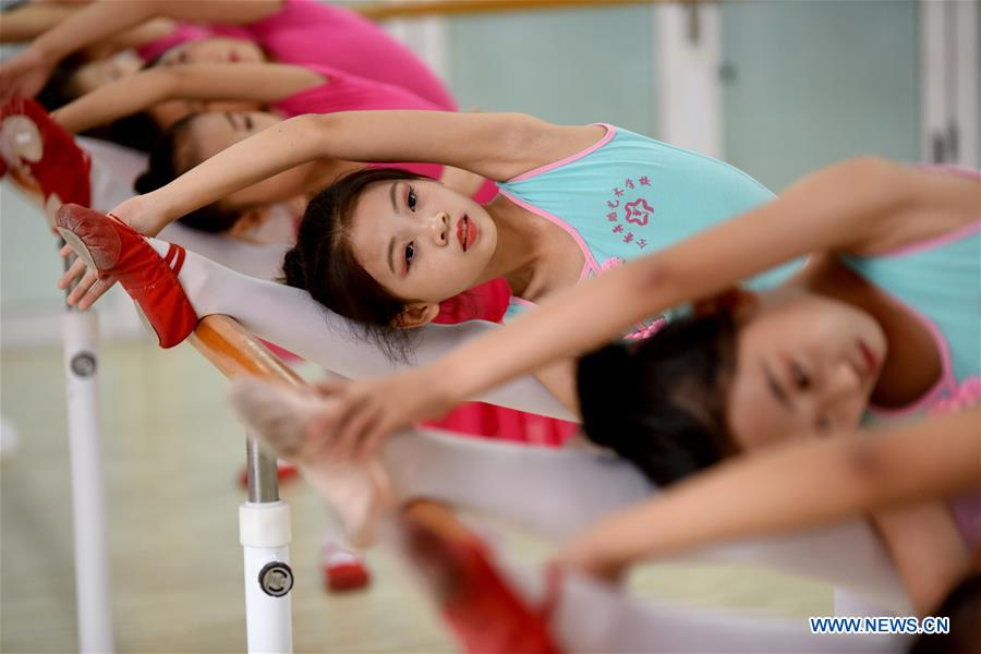 Children practice dancing skills at a training center during their summer vacation in Nanhe County, north China's Hebei Province, July 15, 2018. (Xinhua/Zhu Xudong)<br/>