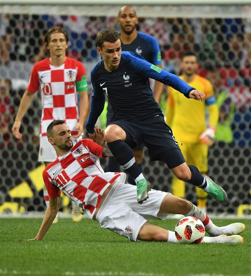 Antoine Griezmann (R front) of France vies with Marcelo Brozovic (L front) of Croatia during the 2018 FIFA World Cup final match between France and Croatia in Moscow, Russia, July 15, 2018. (Xinhua/Li Ga)<br/>
