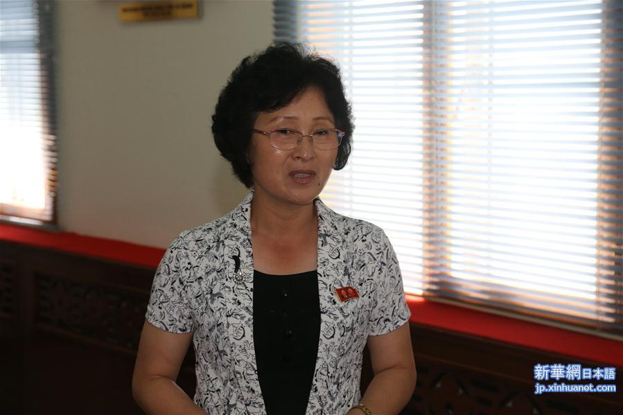 13日、平壌外国語学院について説明する呉恵心院長。(新華社記者/程大雨)