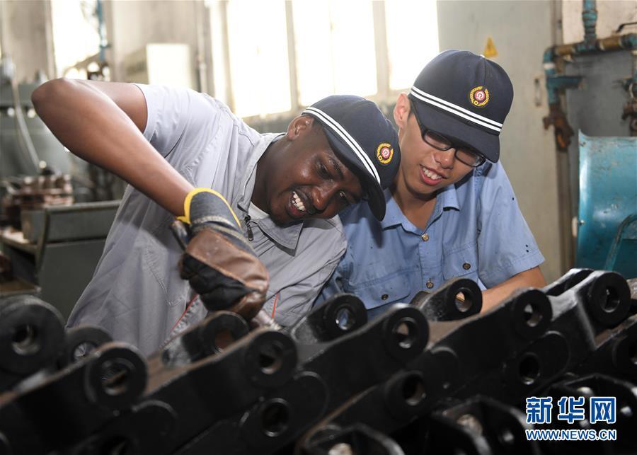 据了解,这批肯尼亚留学生已完成2年车辆制造专业学习,为此济南车辆段精心设计实践课程、选配技术能手,通过&amp;ldquo;一对一&amp;rdquo;辅导,言传身教,确保留学生学有所成,为进一步学习打牢基础。<br/>
