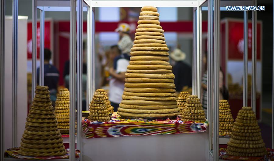 Photo taken on May 22, 2017 shows dishes of Nang, a kind of crusty cake, displayed at an international food expo in Urumqi, northwest China's Xinjiang Uygur Autonomous Region. (Xinhua/Jiang Wenyao)<br/>