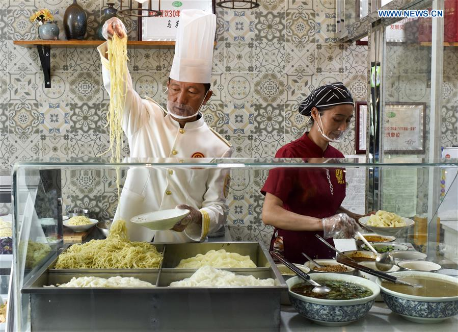 Cooks make cold noodles at a restaurant in Qitai County, northwest China's Xinjiang Uygur Autonomous Region, July 25, 2018. (Xinhua/Zhao Ge)<br/>