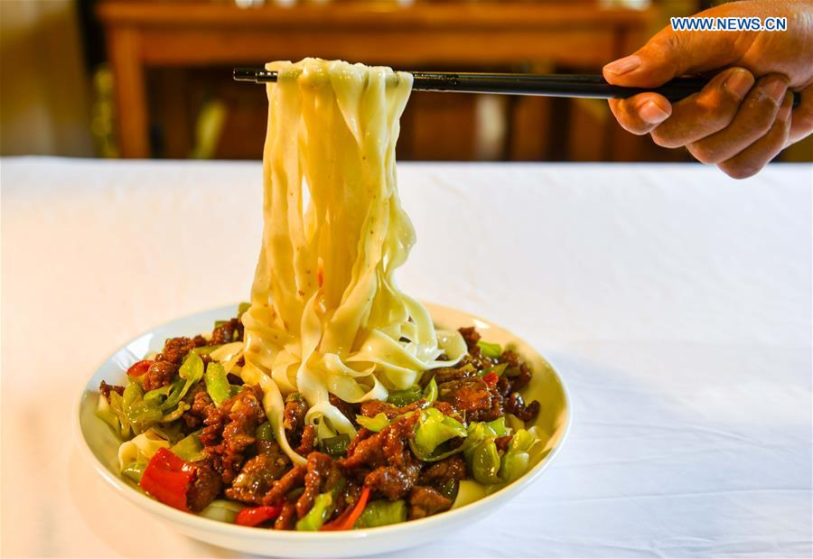 A cook shows a local dish of noodles at a restaurant in Qitai, northwest China's Xinjiang Uygur Autonomous Region, July 25, 2018. (Xinhua/Wang Fei)<br/>
