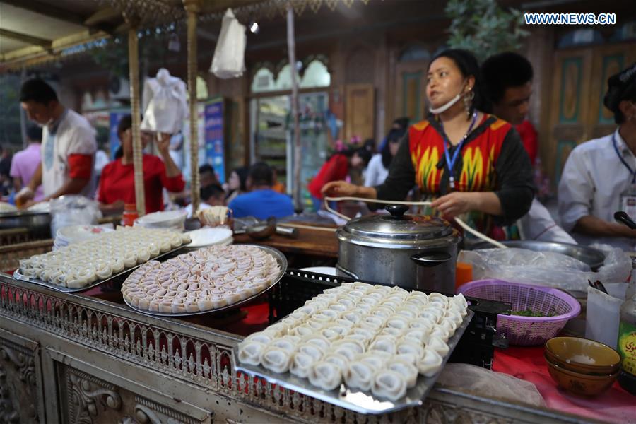 A vendor sells wonton at a night market in Kashgar, northwest China's Xinjiang Uygur Autonomous Region, Aug. 6, 2018. (Xinhua/Jiang Wenyao)<br/>