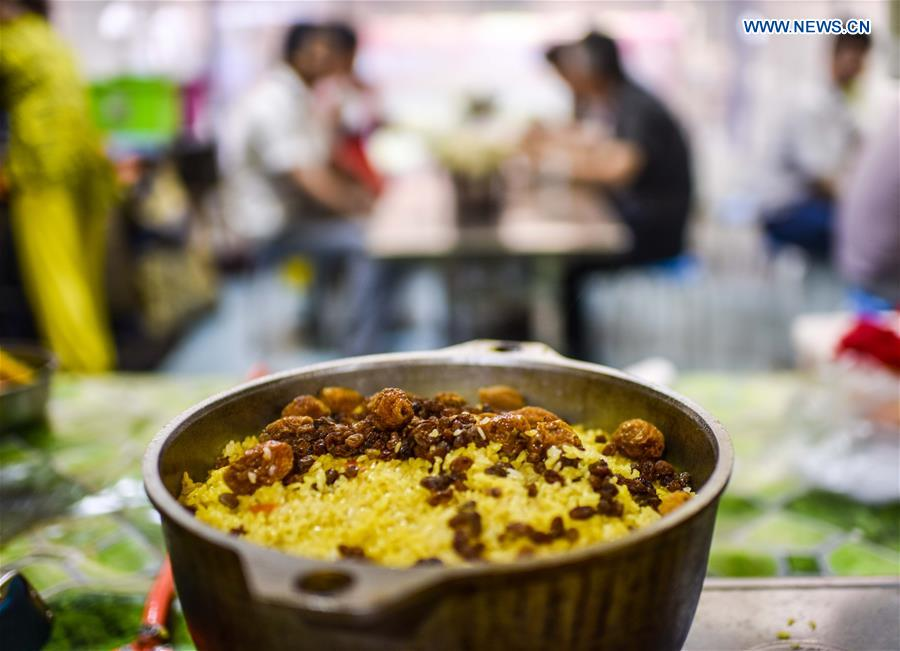 Photo taken on May 12, 2017 shows a bowl of pilaf at a night market in Hotan, northwest China's Xinjiang Uygur Autonomous Region. (Xinhua/Zhao Ge)<br/>Photo taken on May 22, 2017 shows baked fishes displayed at an international food expo in Urumqi, northwest China's Xinjiang Uygur Autonomous Region. (Xinhua/Jiang Wenyao)<br/>