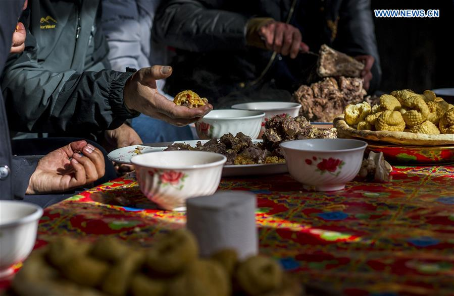 Guests enjoy pilaf at a wedding in Tajik Autonomous County of Taxkorgan, northwest China's Xinjiang Uygur Autonomous Region, Nov. 12, 2017. (Xinhua/Hu Huhu)<br/>