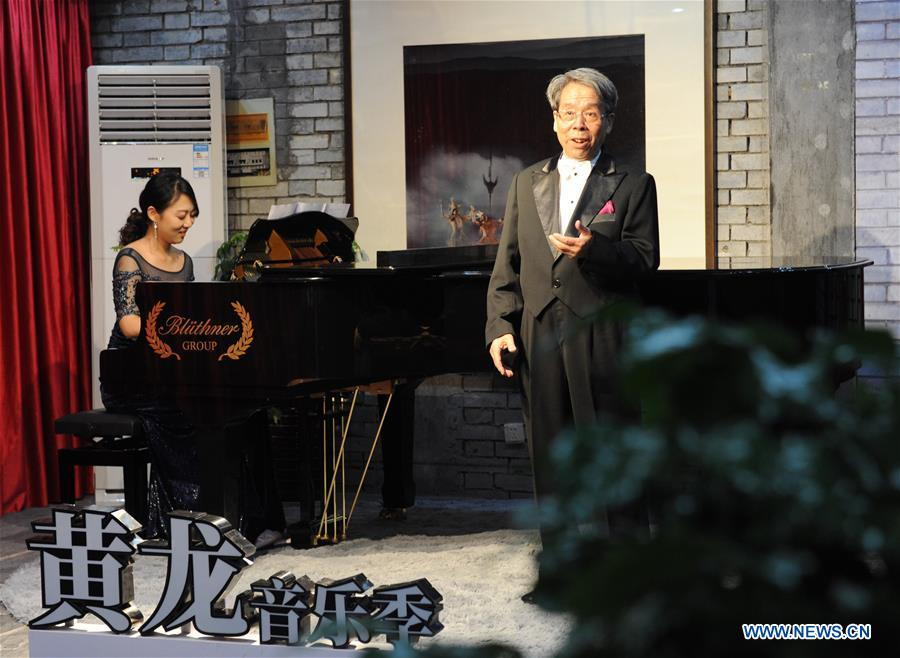 Liu Xingren takes part in a contest of Huanglong music festival in Zhangjiajie, central China's Hunan Province, Aug. 14, 2018. The 82-year-old Liu is a retired lawyer. He once organized an amateur chorus and orchestra. As a music enthusiast, Liu practices singing in his spare time. His wife Sun Yiqing, 76, is a retired teacher. Liu Xingren was accompanied on several singing contests in Beijing and Tianjin by his wife. The aged couple has a wish to continue to pursue their singing dream in the future. (Xinhua/Wei Hai)<br/>