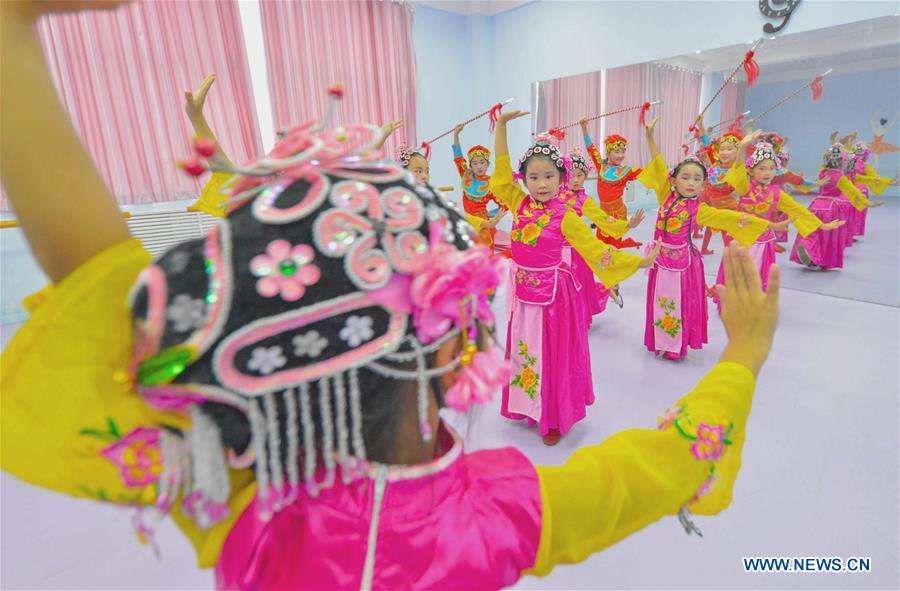 Students learn basic skills of traditional Chinese opera at a primary school in Hanshan District of Handan, north China's Hebei Province, Aug. 14, 2018. The school organized traditional Chinese arts activities for students to enrich their summer vacation life. (Xinhua/Wang Xiao)