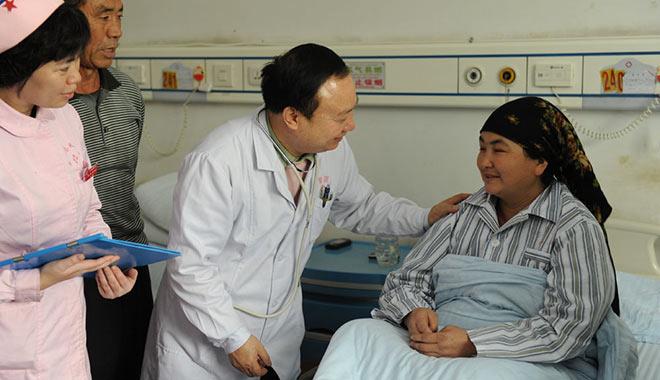 """""""医生功夫是患者之福,也是社会之福。""""在庄仕华的手术纪录中,上有104岁的老者,下至1岁的幼童,无论手术风险有多大,庄仕华总能在危急时刻化险为夷。46年来,庄仕华始终坚持苦练技术,把手术台作为传承和发扬雷锋精神的""""主阵地"""",用自己的实际行动赢得了各族群众的赞誉。   庄仕华把无私奉献作为自己幸福和快乐的源泉。他常年帮扶贫困农牧民家庭,主动与贫困家庭结成""""亲戚"""",帮助无业人员脱贫致富,长期资助61名有困难的学生。   在武警新疆总队"""