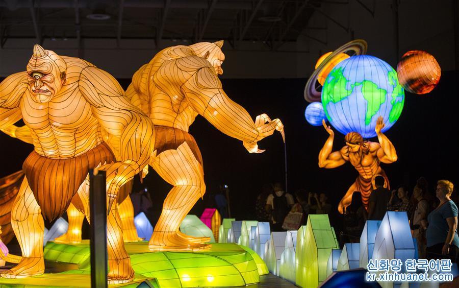 8월18일, 캐나다 토론토에서 열린 박람회에서 참관객들이 &amp;lsquo;등 축제(Lantern Festival)&amp;rsquo;를 관람하고 있다. &amp;lsquo;2018 캐나다 내셔널 박람회&amp;rsquo;(CNE∙Canadian National Exhibition)가 8월17일-9월3일 토론토에서 개최된다. 이번 박람회에서는 &amp;lsquo;실크로드&amp;rsquo;를 주제로 한 중국 &amp;lsquo;등 축제(Lantern Festival)&amp;rsquo;가 전시된다. &amp;lsquo;등 축제&amp;rsquo;에서는 중국 쓰촨 쯔궁(自貢)의 장인 90명이 제작한 17점의 대형 컬러 조명등을 통해 고대 &amp;lsquo;실크로드&amp;rsquo;의 신화 전설과 문화, 풍습을 소개한다. [촬영/신화사 기자 쩌우정(鄒崢)]<br/>