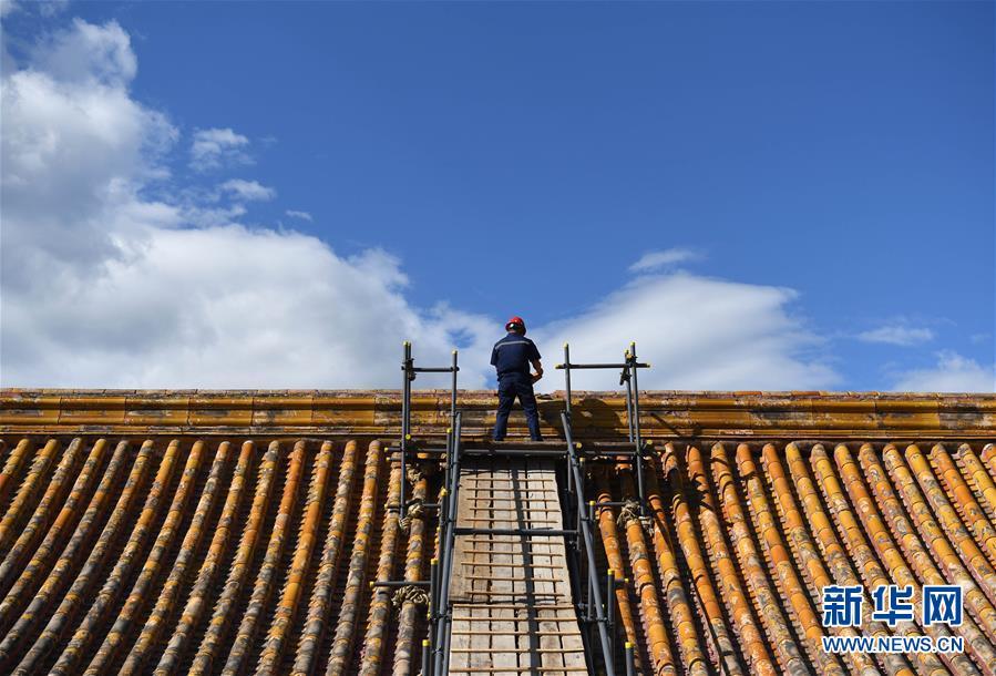 9月3日,工作人员取出养心殿正脊内的宝匣后将瓦片放回原处。当日,故宫养心殿研究性保护项目修缮开工仪式在北京举行。在经过两年多的文物记录和撤陈、文物残损病害的修复、古建筑勘察测绘、匠人培训选拔等工作后,故宫养心殿古建筑研究性保护修缮工作正式进入实施阶段。本次修缮范围占地面积约7707平方米,建筑面积约2540平方米,修缮内容包括遵义门内的养心殿、工字廊、后殿、梅坞等13座文物建筑及其附属的琉璃门、木照壁等。<br/>