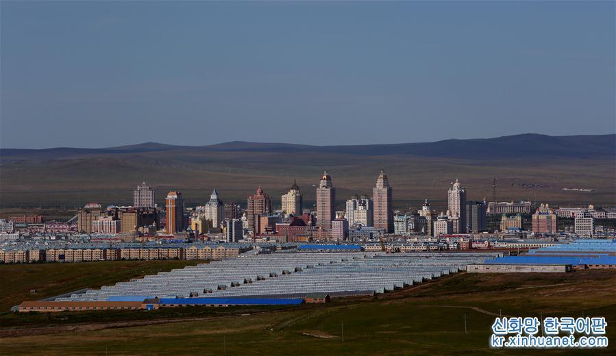 개혁개방 이래, &amp;lsquo;동아시아의 창&amp;rsquo;이라 불리는 네이멍구(內蒙古)자치구 만저우리(滿洲里)시는 중국-러시아 무역의 빠른 발전과 함께 일어서게 되었고 지금은 중국에서 가장 큰 내륙운송 세관 도시로 부상했다. 지난 세기 90년대 러시아 &amp;lsquo;백패커&amp;rsquo;들이 만저우리에 들어와 무역활동을 시작하면서부터 최근 몇년에 걸쳐 무관세거래센터, 수출상품 브랜드홀 등 시설이 호시무역 구역에서 가동되기까지, 가지각색의 수출입 상품이 많은 중국과 러시아 소비자들에게 혜택을 주고 있다. 만저우리는 중국-러시아 변경무역의 패턴 전환과 업그레이드, 시작에서 번영에 이르는 전 과정을 지켜보았다. [촬영/ 신화사 기자 가오징(高靜)]<br/>