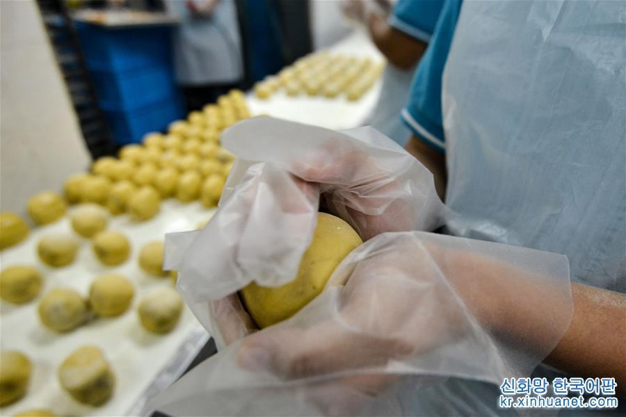 9월10일, 말레이시아 쿠알라룸푸르에서 점원이 월병을 만들고 있다. 67년의 역사를 자랑하는 쿠알라룸푸르 전통 제과점 &amp;lsquo;Tong Wah Mooncakes&amp;rsquo;는 추석을 맞아 다양한 맛의 월병을 만드느라 바쁘다. [촬영/신화사 기자 장원쭝(張紋綜)]<br/>