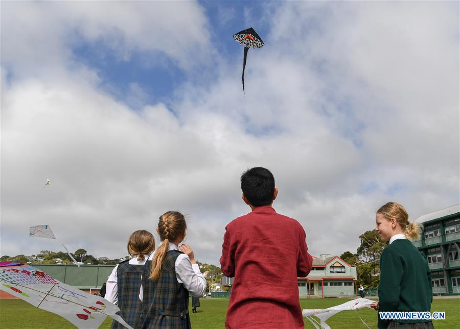Guo Hongli (2nd R), a kite specialist from China's kite city of Weifang in east China's Shandong Province, flies a kite in Samuel Marsden Collegiate School, Wellington, New Zealand, on Sept. 12, 2018. Students of Samuel Marsden Collegiate School learned how to make traditional Chinese kites at an event organized by New Zealand China Cultural Center here on Wednesday. (Xinhua/Guo Lei)<br/>