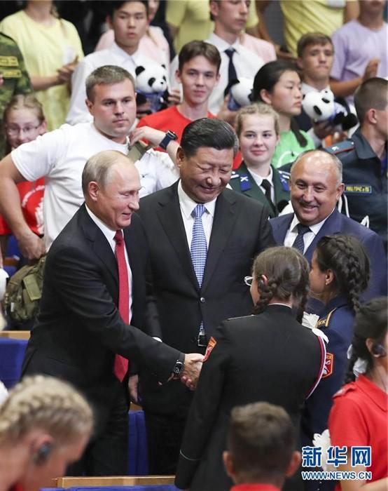 시진핑(習近平) 주석과 푸틴 대통령은 '해양(海洋)' 전(全) 러시아 아동센터에서 가진 중국 원촨(汶川) 대지진 피해 아동 10주년 행사에서 학생들과 정답게 이야기를 나눴다.[촬영: 신화사 셰환츠(謝環馳) 기자]