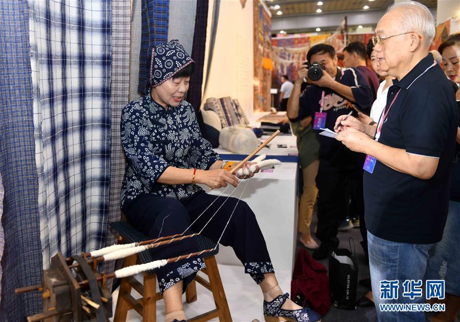 9月13日,观众在博览会上参观乌泥泾手工棉纺织技艺展示。<br/>
