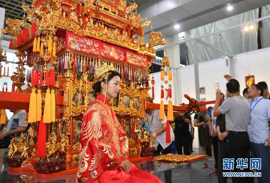 9月13日 第五届中国非物质文化遗产博览会在山东济南举行 这是博览会上展出的苏作花轿(9月13日)。