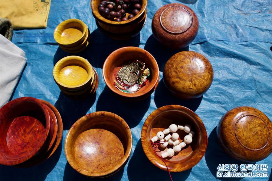리쯔 천막 국경무역 시장에서 교역에 사용되는 나무 그릇(9월8일 촬영)[촬영/신화사 기자 푸부자시(普布扎西)]