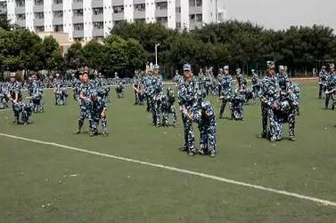 """300余名大学生体验""""升级版""""军训"""