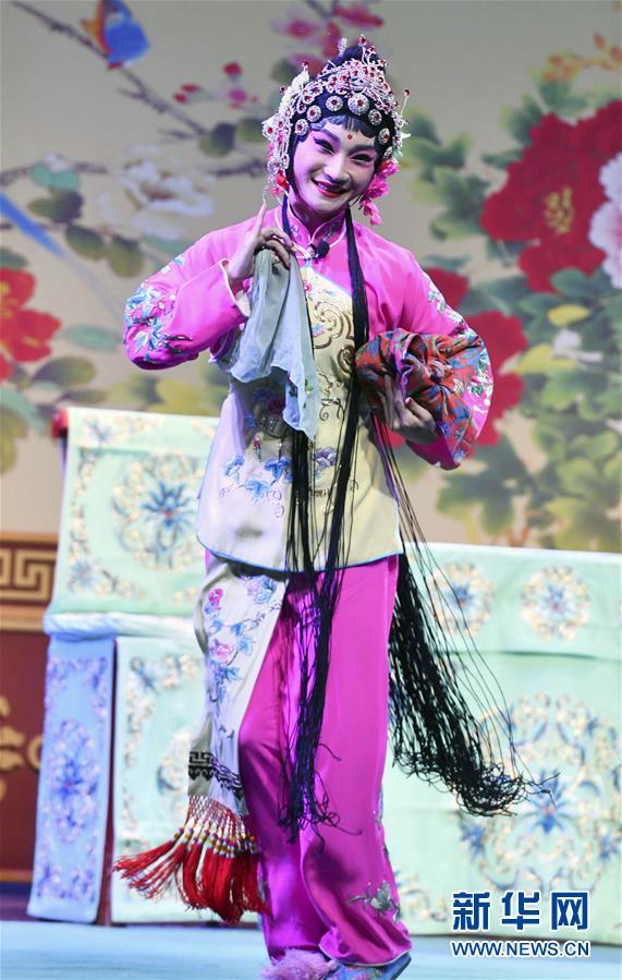 9月21日,山东省吕剧院的演员在表演。