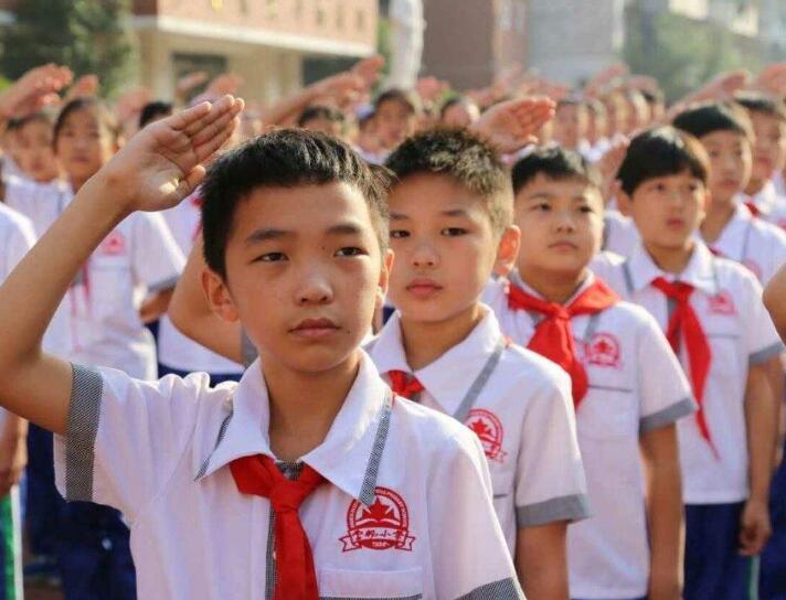 """济南市中小学开展""""扣好人生第一粒扣子·向国旗敬礼""""主题活动"""