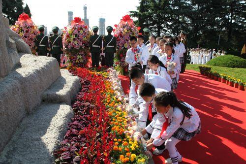 为烈士献上手中的鲜花
