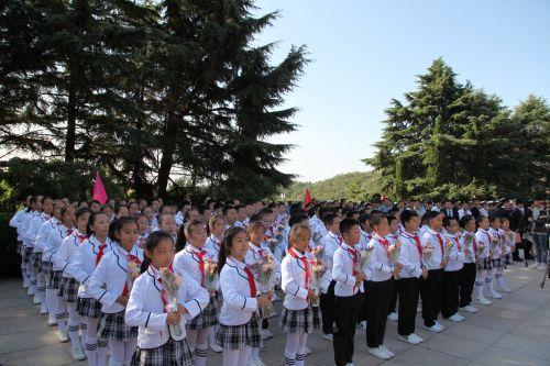 参加青岛市公祭烈士活动的少先队员
