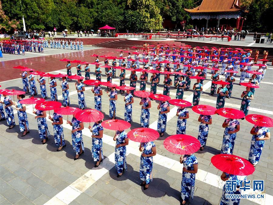 1日、広西チワン族自治区桂林市全州県で、チャイナドレス姿を披露する人々。(小型無人機から)(桂林=新華社配信/王滋創)<br/>  【新華社桂林10月2日】中国各地のチャイナドレス愛好家が1日、チャイナドレス姿を披露して中国の伝統衣装の美しさをPRし、中華人民共和国成立69周年を祝った。<br/>