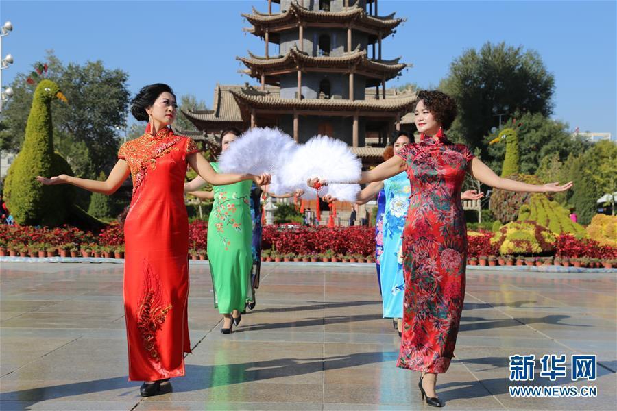 中国各地のチャイナドレス愛好家が1日、チャイナドレス姿を披露して中国の伝統衣装の美しさをPRし、中華人民共和国成立69周年を祝った。<br/>  当社のコンテンツは著作権法によって保護されます。無断転用、複製、掲載、転載、営利目的の引用は禁じます。