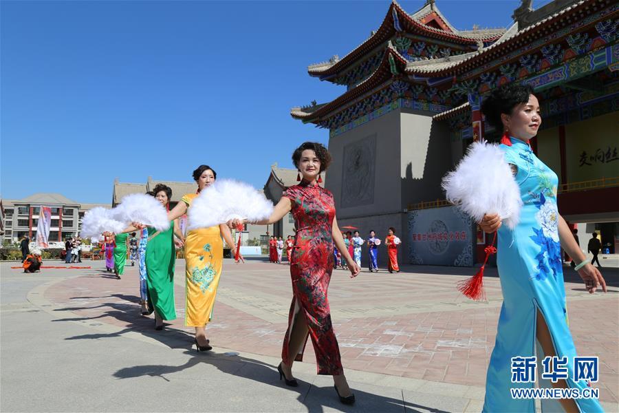 中国各地のチャイナドレス愛好家が1日、チャイナドレス姿を披露して中国の伝統衣装の美しさをPRし、中華人民共和国成立69周年を祝った。<br/>