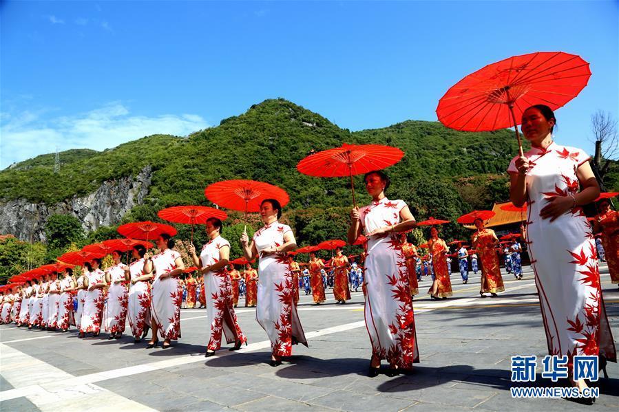 1日、広西チワン族自治区桂林市全州県で、チャイナドレス姿を披露する人々。(桂林=新華社配信/王滋創)<br/>