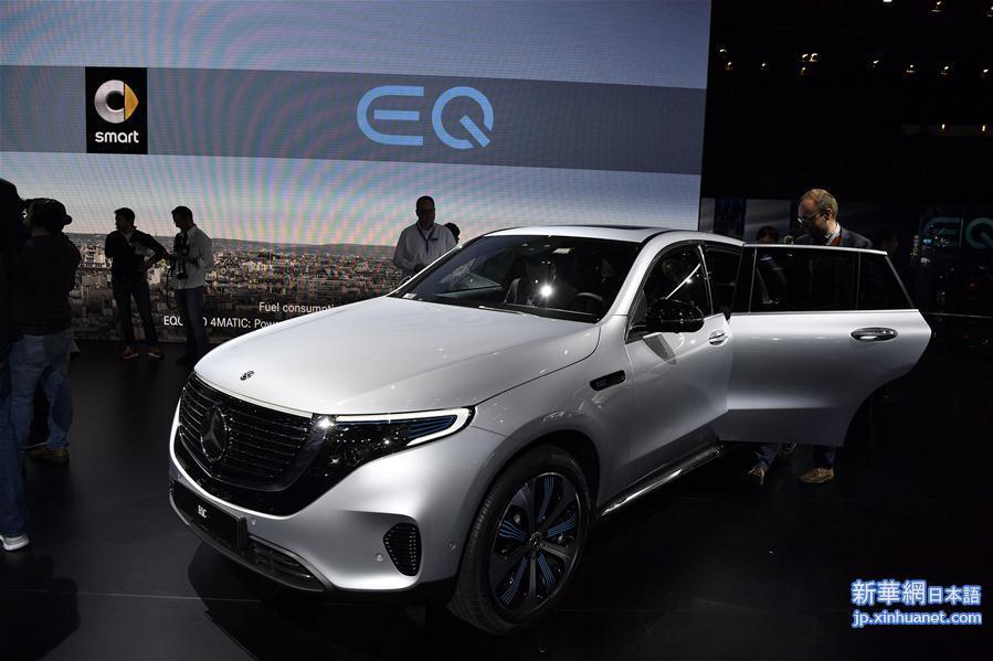 2日、パリモーターショー2018で展示された独ベンツのスポーツ用多目的車(SUV)型EV「EQC」。(パリ=新華社記者/陳益宸)