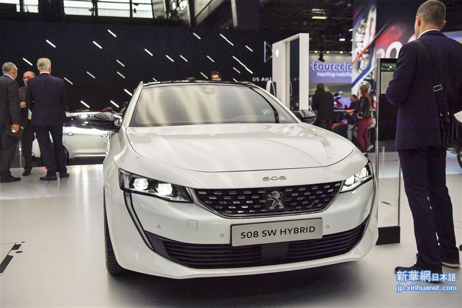 3日、パリモーターショー2018で展示された仏プジョーの508SWハイブリッド。(パリ=新華社記者/陳益宸)<br/>  【新華社パリ10月6日】フランスのパリ・コンベンション・センターで4日、パリモーターショー2018が14日までの日程で始まった。各ブランドが展示する電気自動車(EV)やハイブリッド車、燃料電池車(FCV)などが注目を集めている。<br/>
