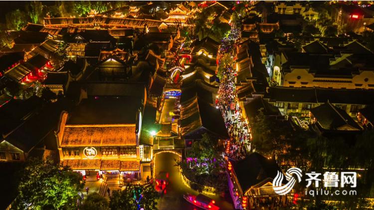 来自全国各地的游客,对台儿庄古城夜景的评价各不相同。北京的游客说:&amp;ldquo;去过很多地方,这里的夜景太迷人,尤其是这里的摇橹船,我们就是奔着摇橹船来的。&amp;rdquo;<br/>  江苏南通的游客说:&amp;ldquo;我们一大家子人,来到这边,逛逛古城,看看表演,吃吃美食,再听听讲解员的解说,欣赏一下夜景,父母和孩子都很开心。&amp;rdquo;<br/>  上海的游客说:&amp;ldquo;坐在船上,夜色中的古城五彩缤纷,在灯光的照射下,倒影映照在水面中,为水面涂抹了一层绚丽的色彩。水景与实景相映,已分不清天上人间。&amp;rdquo;