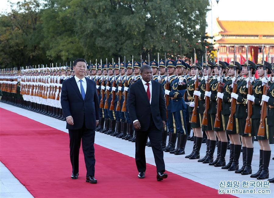 10월 9일, 시진핑(習近平) 중국 국가주석이 베이징 인민대회당에서 주앙 로렌수 앙골라 대통령과 회담을 가졌다. 회담에 앞서, 시진핑 주석이 인민대회당 동문 밖 광장에서 로렌수 대통령을 위해 환영식을 가졌다. [촬영/ 신화사 기자 류웨이빙(劉衛兵)]<br/>