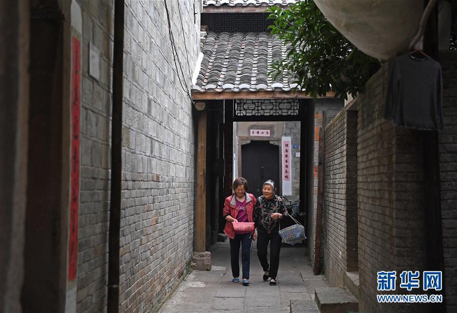 <br/>   10月9日,南昌县三江镇后万村村民在村里小巷行走。<br/>