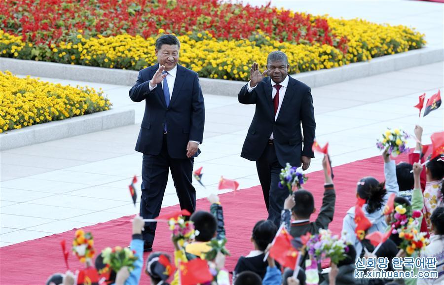 10월 9일, 시진핑(習近平) 중국 국가주석이 베이징 인민대회당에서 주앙 로렌수 앙골라 대통령과 회담을 가졌다. 회담에 앞서, 시진핑 주석이 인민대회당 동문 밖 광장에서 로렌수 대통령을 위해 환영식을 가졌다. [촬영/신화사 기자 야오다웨이(姚大偉)]