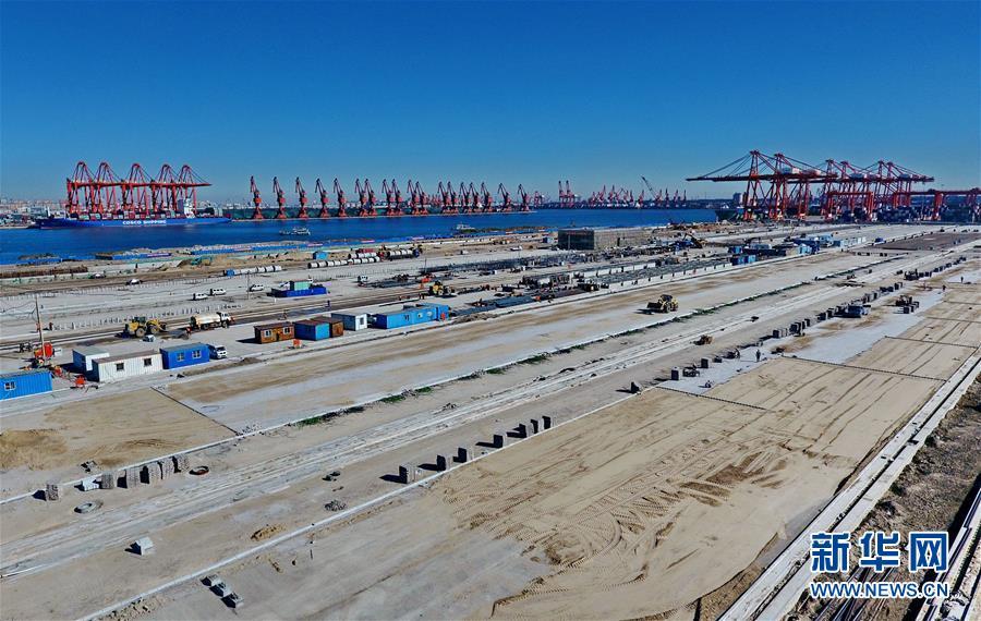 건설 중인 당산(唐山) 항구 징당(京唐) 항구 구역 스마트 컨테이너 부두이다.(10월8일 드론 촬영)<br/>  현재, 허베이성의 첫 전자동 컨테이너 부두인 당산 항구 징당 항구 구역 스마트 컨테이너 부두 건설 프로젝트가 추진되고 있다. 소개에 따르면 이 부두의 연선 길이는 945m, 컨테이너 야드 면적은 50만 평방미터이다. 해당 부두 건설 프로젝트는 올해 1월에 착공했고 총 투자 규모는 18.94억 위안이며 7만 톤급 1개와 3만 톤급 2개의 다용도 정박지를 건설할 예정이다. 또 이 부두의 한 해 컨테이너 처리 능력은 120만 개에 이를 것으로 예상된다. 이 부두는 샤먼(廈門) 위안하이(遠海), 칭다오(靑島) 항구, 상하이(上海) 양산(洋山) 항구에 이어 중국의 4번째 전자동 컨테이너 부두가 될 전망이다.<br/>