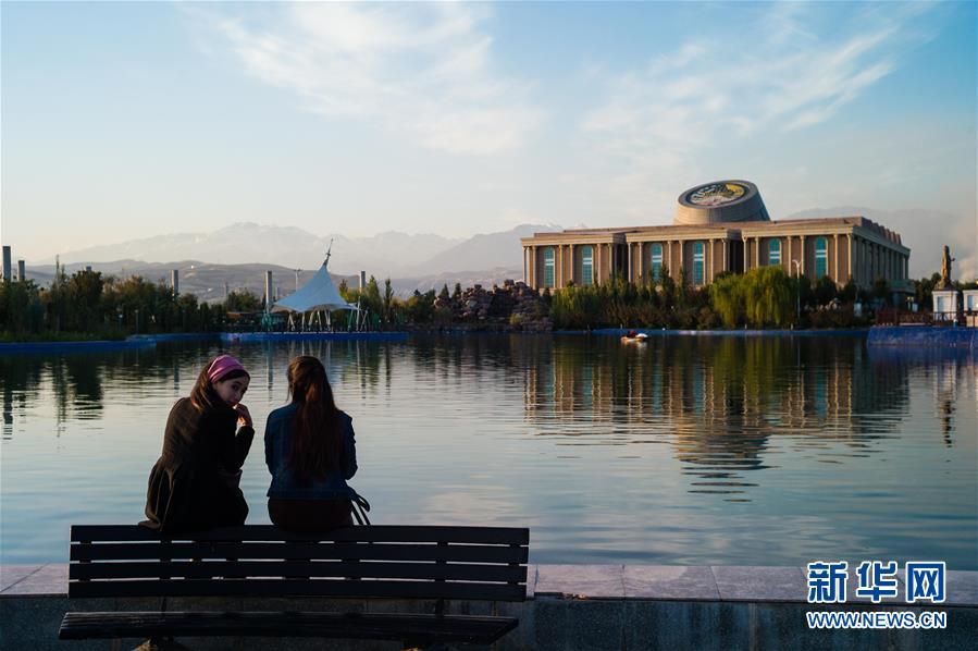 <br/>   这是10月11日在塔吉克斯坦杜尚别拍摄的塔吉克斯坦国家博物馆(右侧建筑)。<br/>
