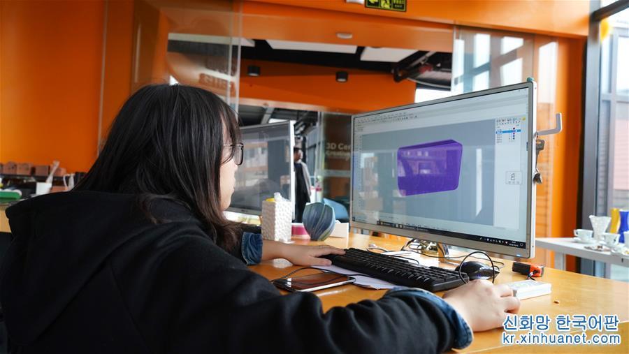 10월16일, 컴퓨터로 3D 프린팅 도형을 디자인 하는 모습. 72가지 공정에서 3단계로 대폭 축소되고, 보름 걸리던 것에서 3시간 만에 도자기가 뚝딱 완성된다. 장시 징더진 타오시촨 문화창의 거리에 있는 도자기 3D 프린팅 체험센터에서는 3D 프린팅 기술로 도자기를 제작하고 있다. [촬영/신화사 기자 후천환(胡晨歡)]<br/>