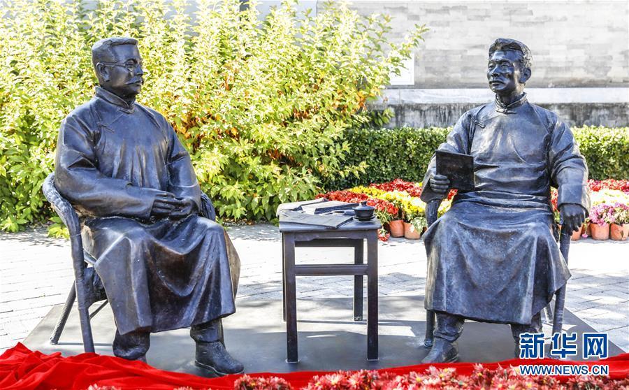 10月18日、北京市第三十五中学でお披露目された「新文化運動中の魯迅と李大釗」銅像。同日、八道湾魯迅紀念館の完成式が北京市第三十五中学で行われた。<br/>