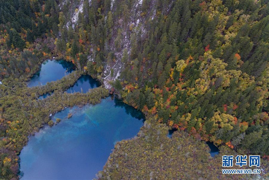 <br/>   修复后的九寨沟景区镜海景点一角(2018年10月18日无人机拍摄)。