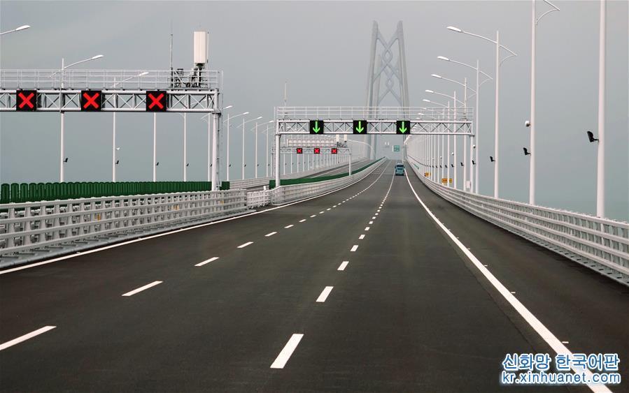10월24일, 첫 승용차가 마카오 출입국관리소 도로를 주행하고 있다. 24일 홍콩과 마카오, 광둥성 주하이를 잇는 세계 최장 해상대교 강주아오(港珠澳) 대교가 정식 개통됐다. [촬영/신화사 기자 장진자(張金加)]<br/>