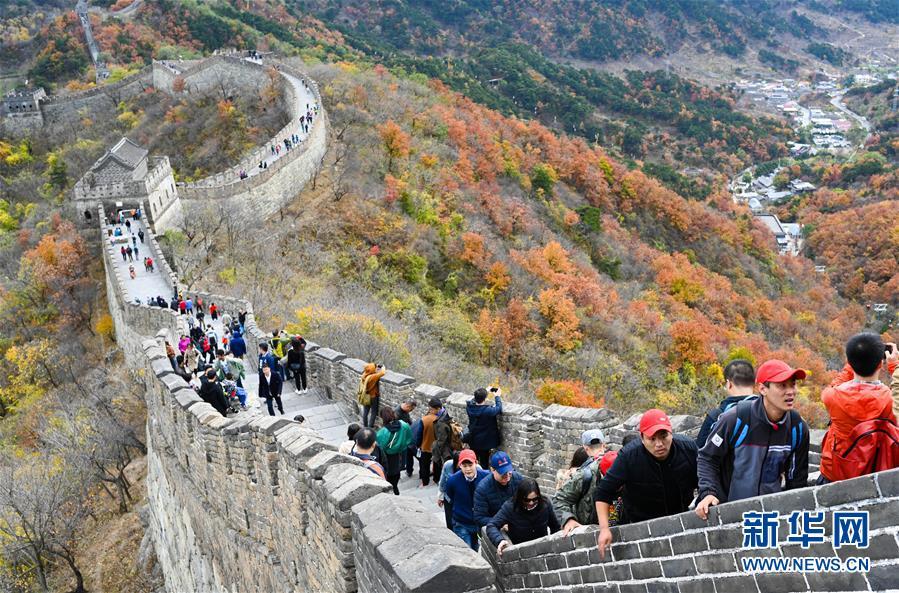 <br/>   10月28日,游客在游览慕田峪长城。