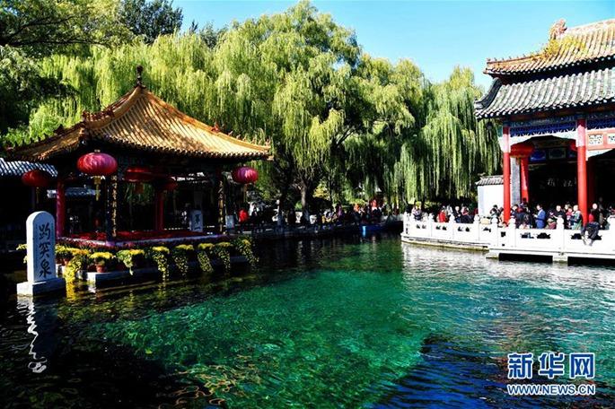 사람들이 지난(濟南)시 바오투취안(趵突泉) 공원에서 유희를 즐기고 있다. [촬영: 궈쉬레이(郭緒雷) 기자]<br/>