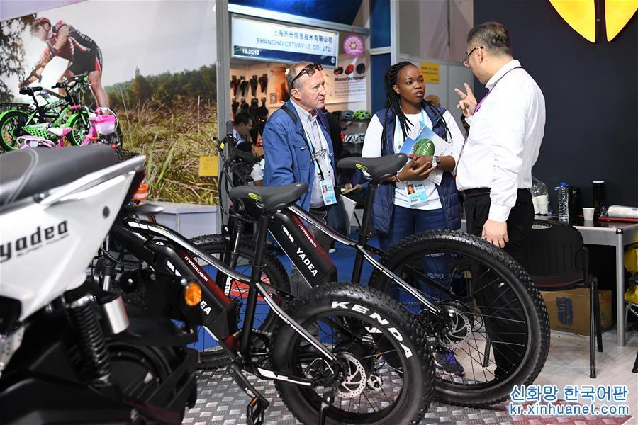 바이어가 제124회 광저우 상품교역회에서 자전거 등 제품을 구매하고 있다(10월 16일 촬영). [촬영/ 신화사 기자 량쉬(梁旭)]<br/>